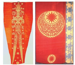 """Fig. 3. A sinistra: una delle bandiere ottomane della Chiesa dei Cavalieri si Santo Stefano, in cui è raffigurata la spada a doppia punta, la zul-fikar, simbolo della fede e della guerra santa dell'Islam. La decorazione della bandiera è in parte basata su iscrizioni arabe, con forti riferimenti religiosi, e in particolare su un versetto dalla """"Sura delle donne"""" con l'allusione al premio che Allah riserva a chi muore combattendo per la fede. A destra: una bandiera ottomana in cui i motivi decorativi della stella e le iscrizioni in carattere arabi nella parte centrale sono definiti, in negativo, dallo sfondo dorato, mentre sul bordo appare un'evidente alternanza figura-sfondo."""